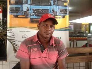 Romildo Fernandes, caminhoneiro, diz que 75% do salário está indo no combustível (Foto: Ísis Capistrano/ G1)