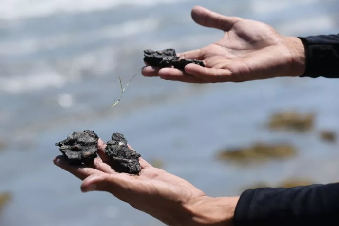 Patrulha da Marinha acha indícios de óleo na praia de Taíba, no litoral cearense — Foto:  Helene Santos/SVM