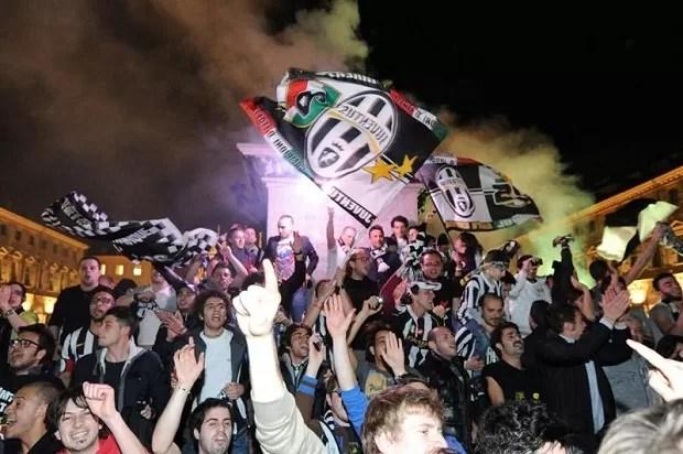 Torcida do Juventus festeja título na Praça de São Carlos, em Turim (Foto: EFE)