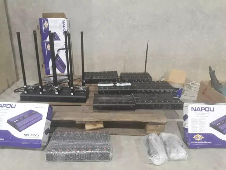 Bloqueadores de sinal de GPS estavam em galpão com produtos roubados  (Foto: Arquivo pessoal)