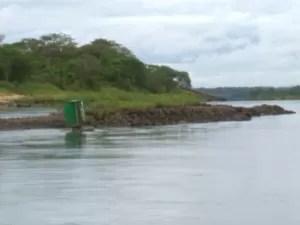 Seca atrapalha transporte pela hidrovia Tietê-Paraná (Foto: Reprodução/ TV TEM)