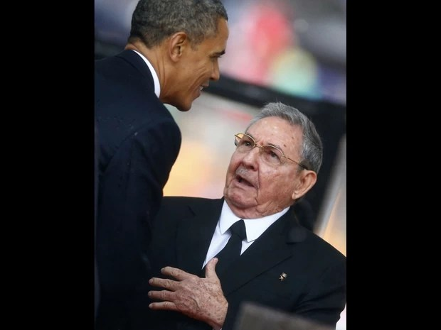 O presidente americano, Barack Obama, e o presidente de Cuba, Raúl Castro, cumprimentam-se com um aperto de mãos na chegada ao estádio Soccer City (Foto: Kai Pfaffenbach/Reuters)