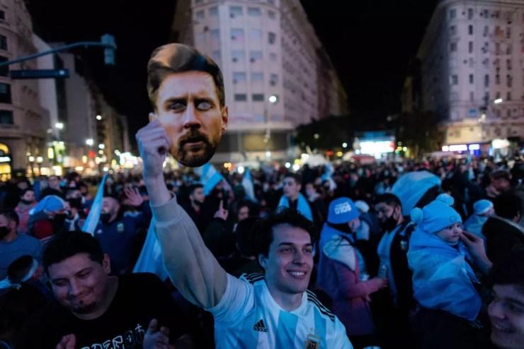 Torcedores comemoram título da Argentina em Buenos Aires — Foto: Tomas Cuesta / Getty Images