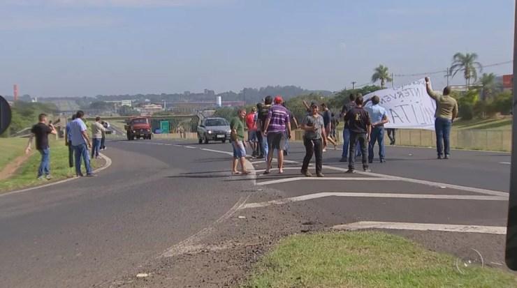 Manifestantes tentam parar caminhões na Rodovia Washington Luís (Foto: Reprodução/TV TEM)