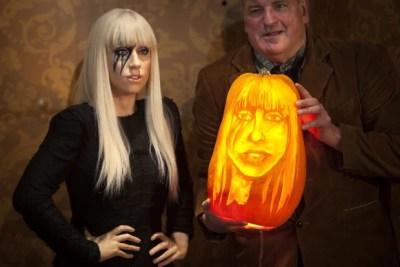 Hugh McMahon também esculpiu uma abóbora com a imagem da cantora pop Lady Gaga (Foto: Carlo Allegri/Reuters)