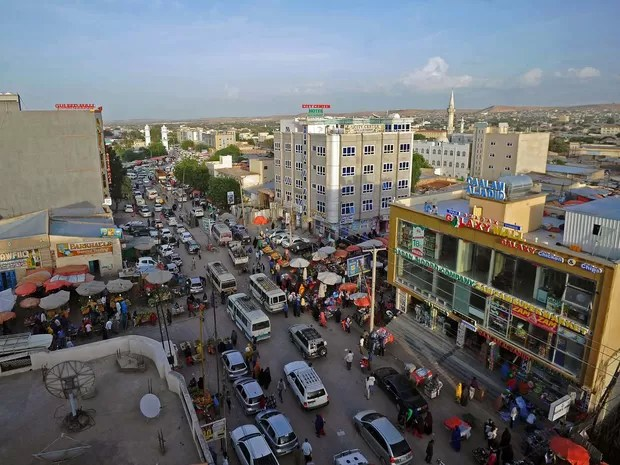 Imagem mostra avenida no centro de Hargeisa, na Somalilândia (Foto: MOHAMED ABDIWAHAB / AFP)