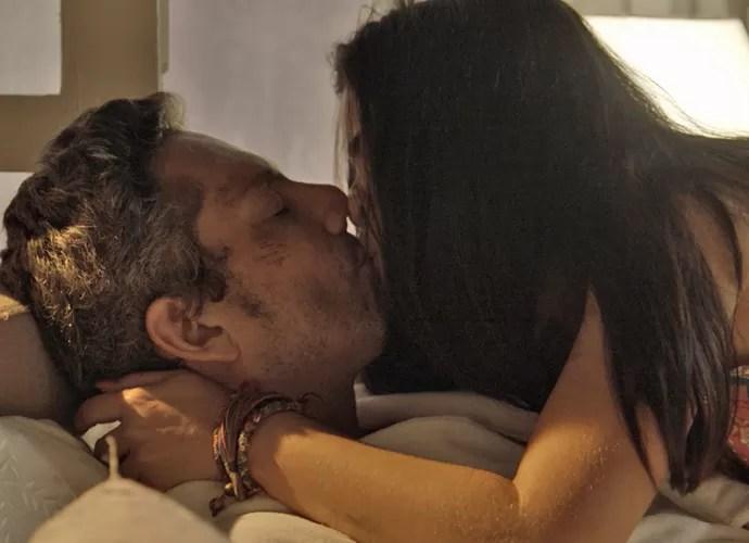 Tóia beija Romero e nota que ele está estranho com ela (Foto: TV Globo)