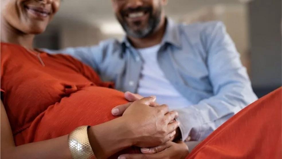 Dar à luz a gêmeos é mais arriscado para a mãe e os bebês — Foto: Getty Images/BBC
