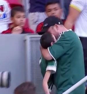 Confusao FLAMENGO x PALMEIRAS - Torcedor filho no colo (Foto: infoesporte)