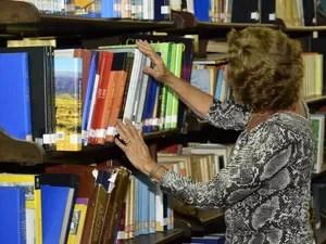 Livros de fonte ampliadas foram enviados esta semana à Biblioteca Pública do Estado e já estão disponíveis a pessoas com baixa visão (Foto: Divulgação/Secom)