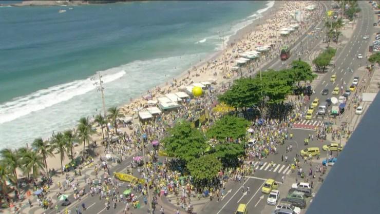 Protesto toma parte das pistas da orla de Copacabana, na Zona Sul do Rio (Foto: Reprodução/ Globo News)