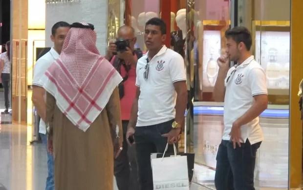 Jogadores do Corinthians no Dubai Mall, o maior shopping do mundo (Foto: Carlos Ferrari / Globoesporte.com)