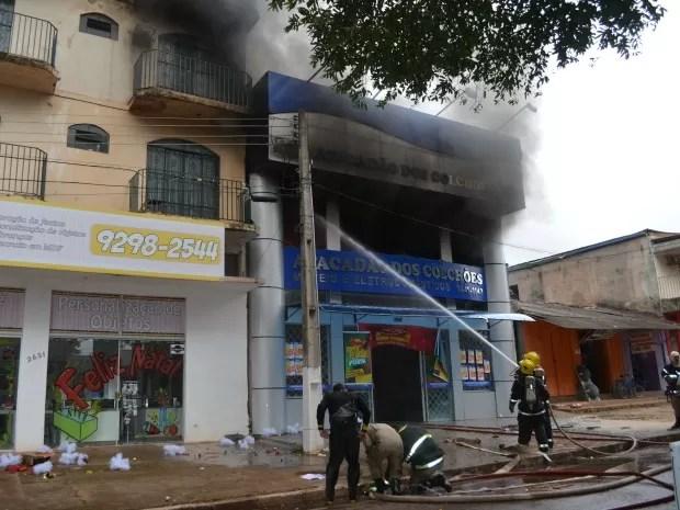 Incêndio teve início em loja de colchões (Foto: Magda Oliveira/G1)