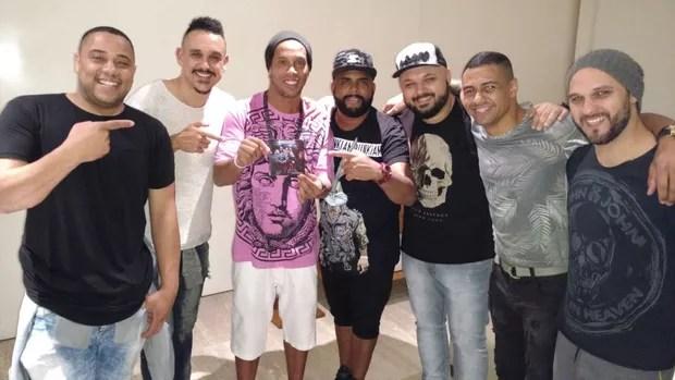 """Ronaldinho Gaúcho com os integrantes do """"Grupo Intimista"""" (Foto: Divulgação)"""