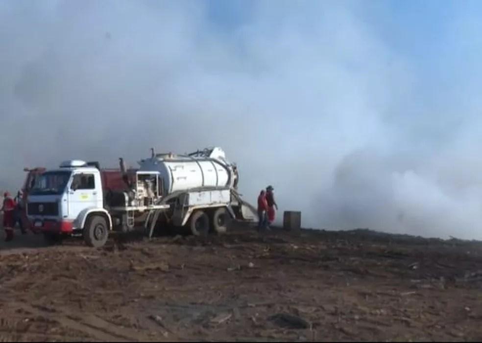 Carros-pipas da prefeitura são usados no combate ao fogo  — Foto: Reprodução/Rede Amazônica Acre