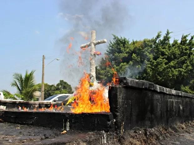Local destinado ao acendimento de velas estava com focos de intenso de chamas (Foto: Adneison Severiano/G1 AM)