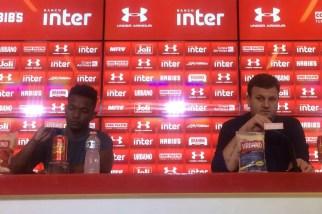 Negociado, Thiago Mendes fala ao lado de Vinícius Pinotti no CT (Foto: Marcelo Prado)