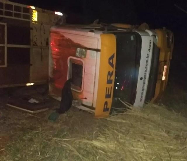 Caminhão carregado com bagaço de cana tombou e carga ficou espalhada na pista (Foto: Arquivo Pessoal)