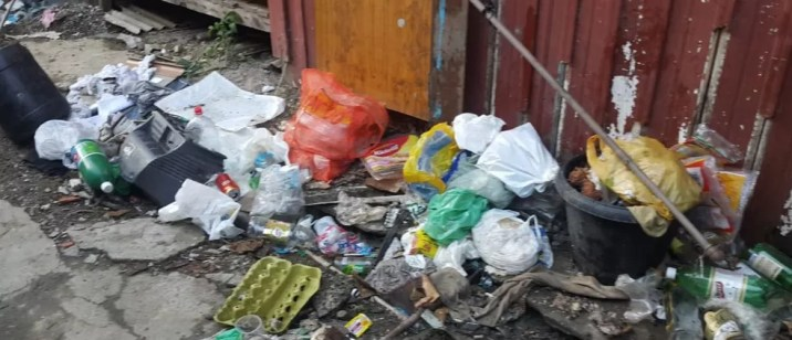 Acúmulo de lixo em alojamento onde estavam trabalhadores resgatados em SC. — Foto: Divulgação/SRT-SC