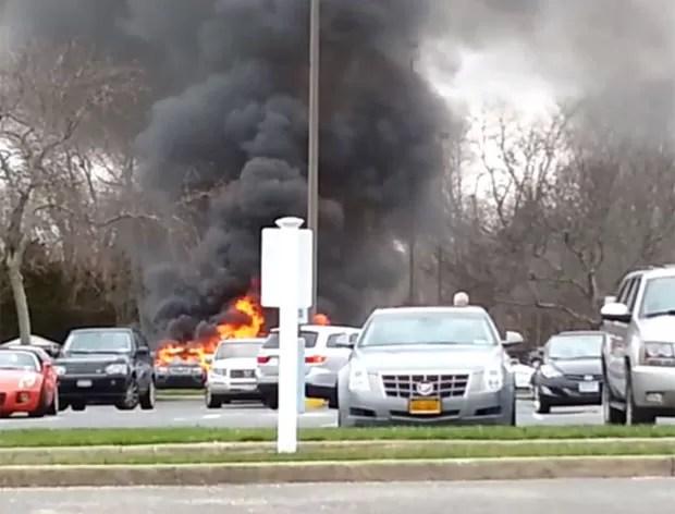 Incidente ocorreu  em estacionamento de supermercado de Eastport, no estado de Nova York (EUA) (Foto: Reprodução/YouTube/Pete Cavouto)
