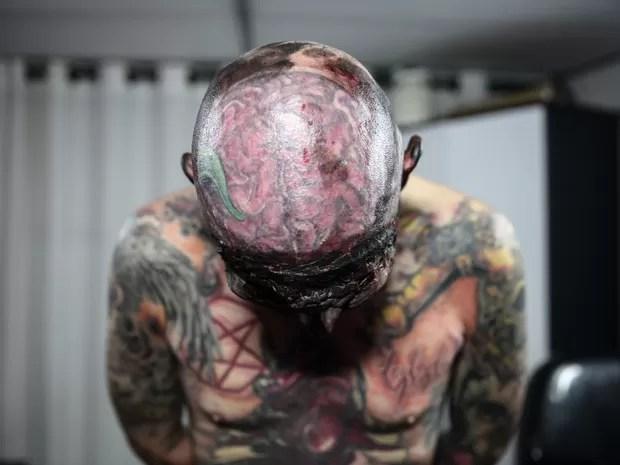 Conveiro Maldito tem um cérebro tatuado no topo da cabeça (Foto: Fabio Tito/G1)