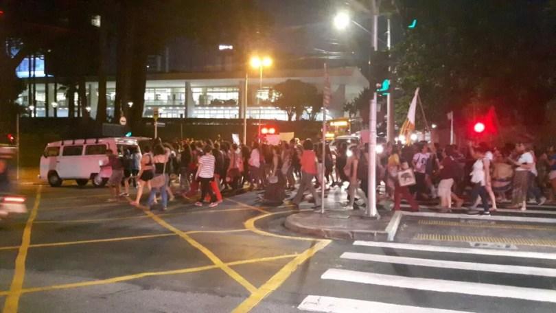 Grupo que protesta contra a PEC 181 fechou pista interna da Avenida Anchieta, na frente da Prefeitura de Campinas (SP) (Foto: Fernando Pacífico/G1)