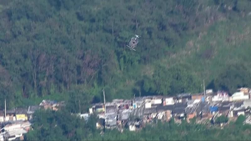Helicóptero da Polícia Militar chega ao local onde os criminosos estão concentrados na Cidade de Deus, na Zona Oeste do Rio — Foto: Reprodução/ TV Globo