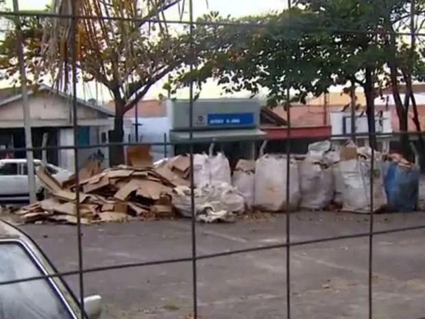 Pátio de base acumula o materiais recicláveis no Vila Sônia em Piracicaba (Foto: Márcio Silveira/EPTV)