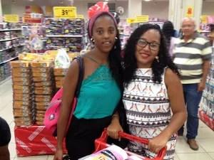 Liliane e Geane Araújo saíram com carros cheios (Foto: Juliana Almirante/G1)
