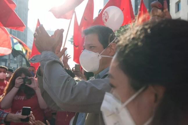 Fernando Haddad durante protesto contra o presidente Jair Bolsonaro, na tarde deste sábado (24), na Avenida Paulista em São Paulo (SP) — Foto: ANDRÉ RIBEIRO/FUTURA PRESS/ESTADÃO CONTEÚDO