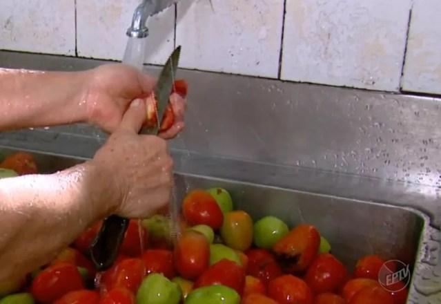 A higienização correta dos alimentos auxilia na hora do armazenamento — Foto: Reprodução EPTV