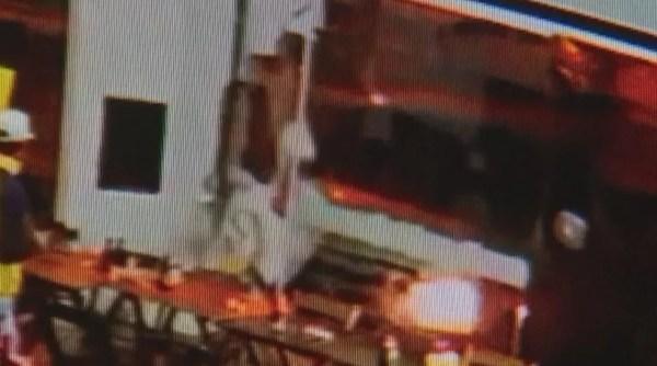 Batida da caminhonete chegou a quebrar a parede da loja (Foto: Reprodução/Circuito de segurança)