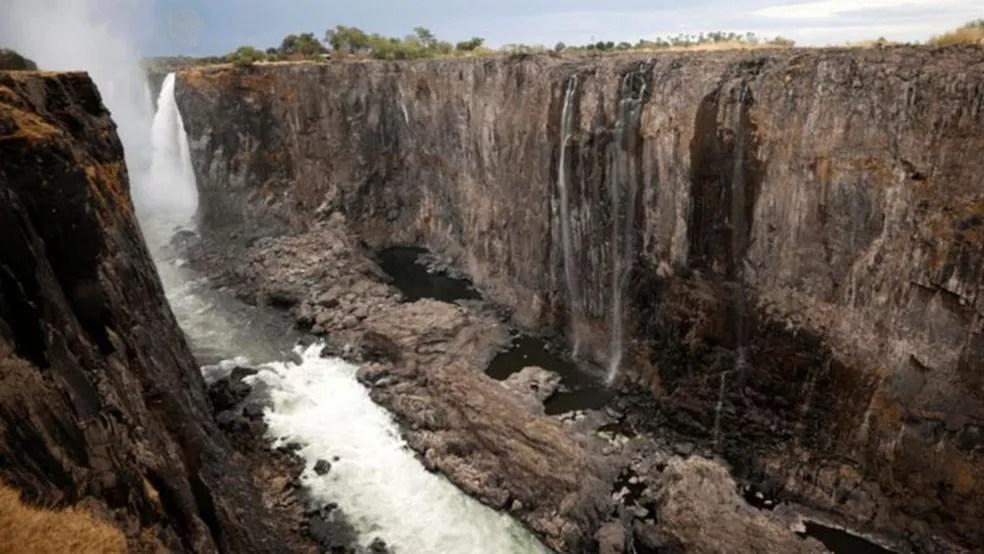 As Cataratas, em dezembro de 2019; grande parte da queda d'água se reduziu a pequenos filetes — Foto: Reuters