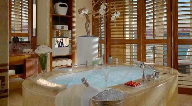 Os banheiros das suítes ainda mais luxuosas contam com banheiras de hidromassagem, chuveiros separados e Tvs (Foto: Divulgação/Hotel President Wilson)