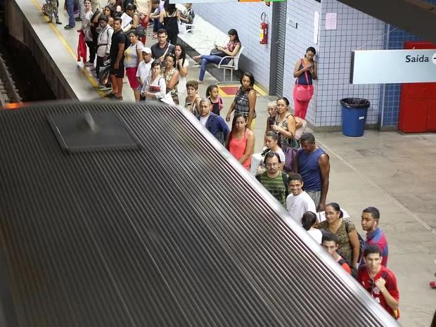 Passageiros aguardam para embarcar em trem do Metrô no Distrito Federal (Foto: Andre Borges/Agência Brasília)