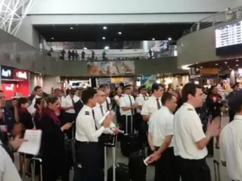 Cerca de 400 profissionais estão no saguão do aeroporto realizando protesto (Foto: Viviane Sobral/G1 Ceará)
