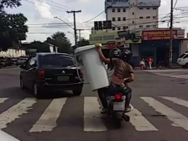Mulheres são flagradas transportando tanquinho de lavar roupas em moto, em Goiânia, Goiás (Foto: Reprodução/TV Anhanguera)