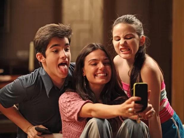 Direto para as redes sociais! Irmãos na ficção, Isis, Gi e José Victor se jogam na selfie! (Foto: Carol Caminha/Gshow)