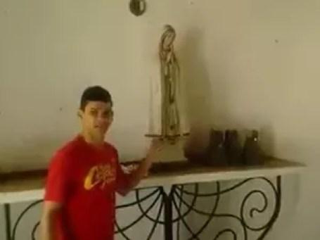 Pastor Carlos Bastos prometeu retirar imagem de santa (Foto: Reprodução)