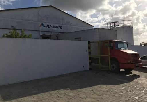 Caminhões retiram equipamentos desde a semana passada na Alpargatas (Foto: Kleber Teixeira/Inter TV Cabugi)