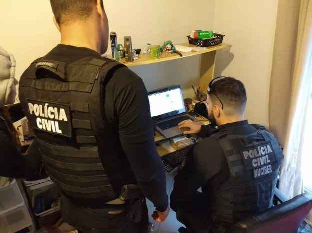 Policiais civis cumprem mandados de busca e apreensão na manhã desta quinta-feira (28) em oito cidades do Paraná — Foto: Polícia Civil/Divulgação