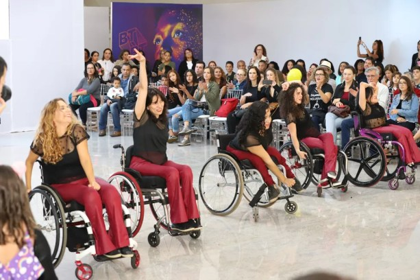 Dançarinas do 'Street Cadeirante' durante apresentação em Brasília — Foto: Fashion Inclusivo/Divulgação