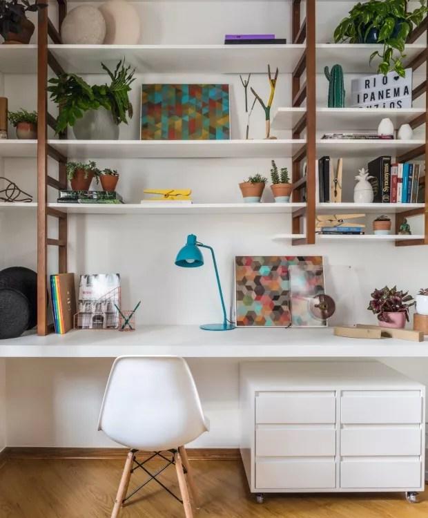 No projeto deste home office de 9,40 m², o escritório H2C Arquitetura criou a marcenaria a partir de peças da Tok & Stok misturadas com outros móveis que já pertenciam aos moradores (Foto: Evelyn Müller / Divulgação)