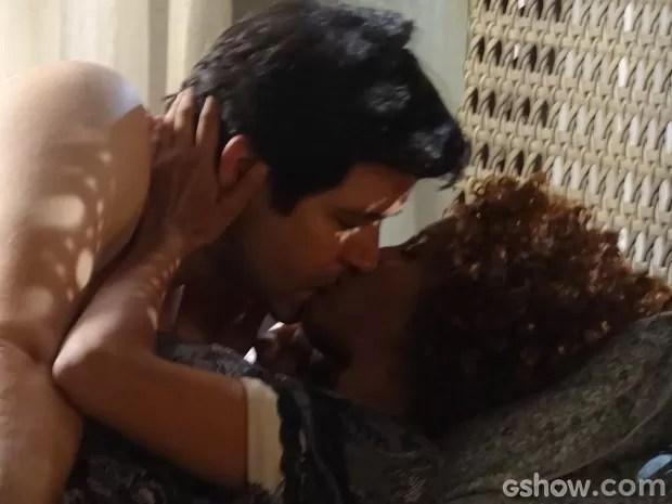 Jonas aparece de surpresa e tem noite amor com Verônica (Foto: Geração Brasil / TV Globo)