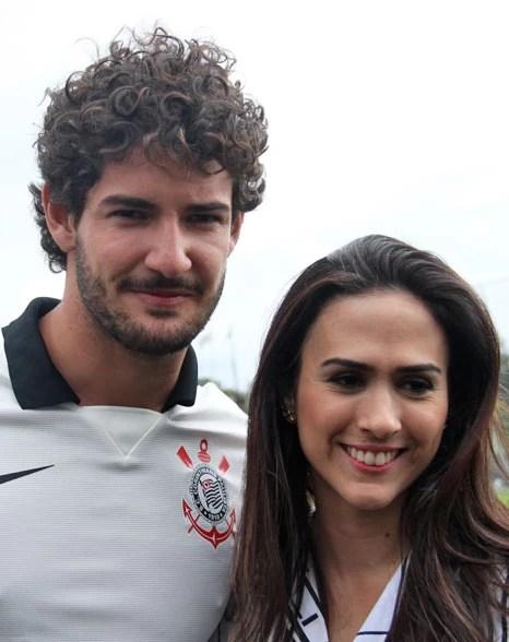 Pato e Tatá posam no campo do Corinthians (Foto: Amor à Vida/TV Globo)