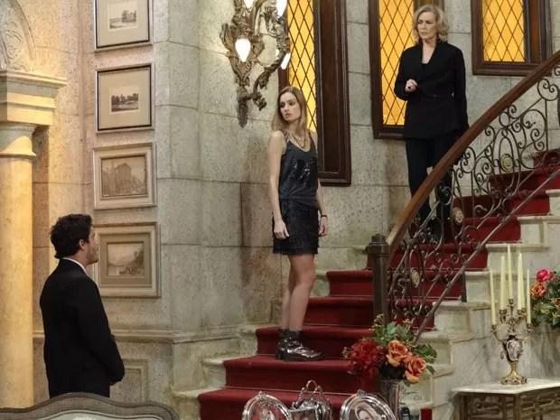 ... mas Charlô fica intrigada com o que ouve (Foto: Guerra dos Sexos/TV Globo)