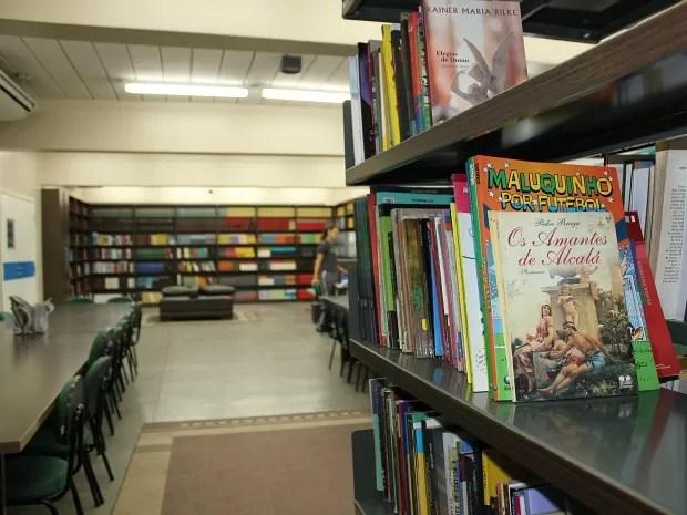 Escola conta com biblioteca com acervo de sete mil livros (Foto: Adneison Severiano/G1 AM)