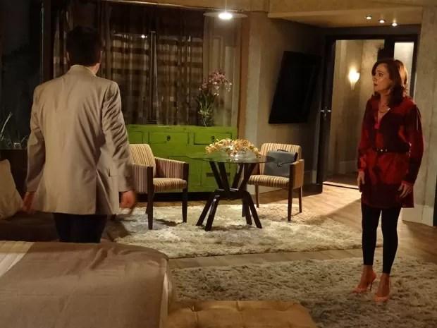 Berna entede tudo errado e acha que Mustafa vai ter um filho com Morena (Foto: Salve Jorge/TV Globo)