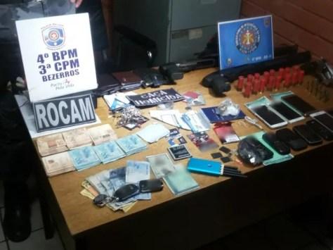 Material foi apreendido com suspeitos de sequestro em Bezerros (Foto: Divulgação/Polícia Militar)