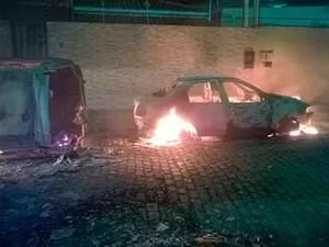 Carros foram incendiados nas ruas de Amargosa (Foto: Marcello Dial / Voz da Bahia)